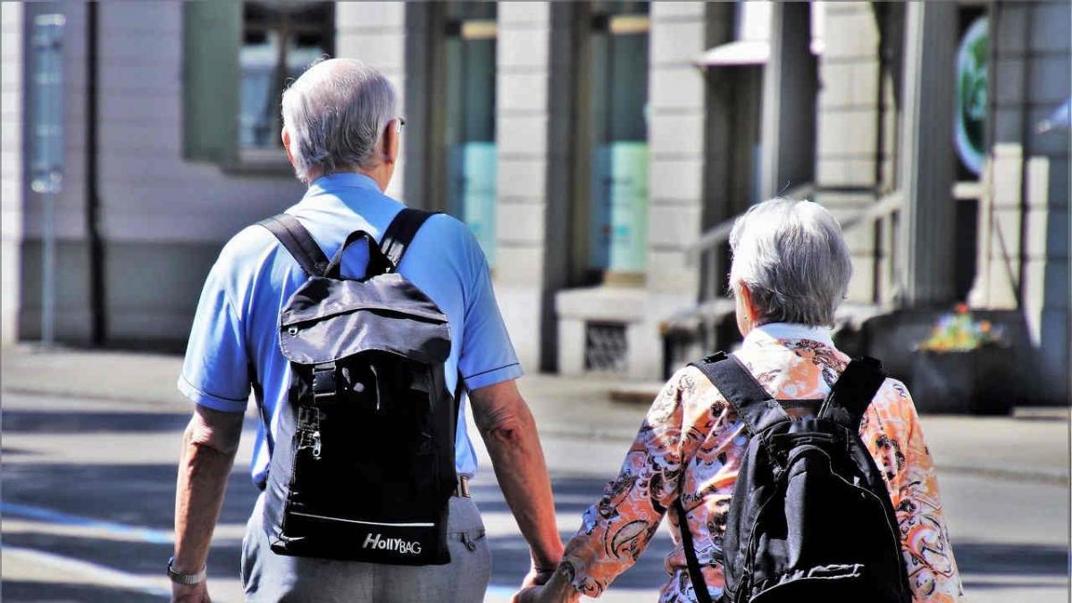 pensionistas-pensiones-recurso-pension-tercera-edad-personas-mayores-paseando-gente